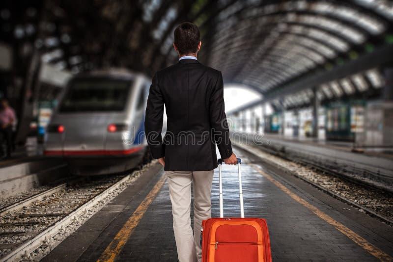 Бизнесмен на вокзале стоковое фото