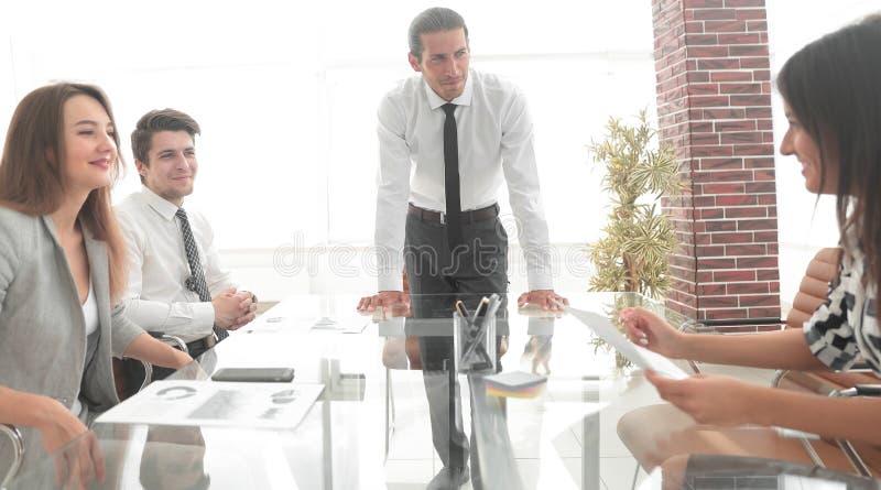 Бизнесмен на встрече с командой дела стоковые изображения