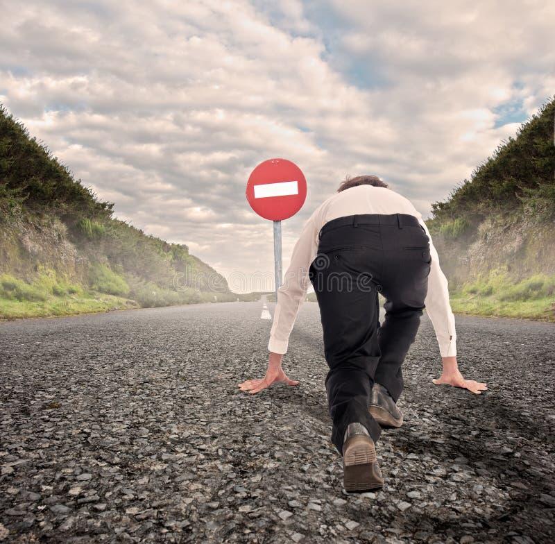 Бизнесмен на дороге готовой для того чтобы побежать без движения входа стоковое фото