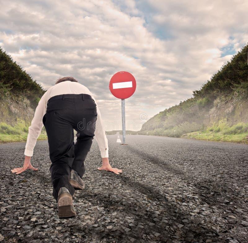 Бизнесмен на дороге готовой для того чтобы побежать стоковое фото rf