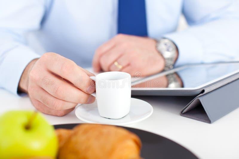 Бизнесмен на завтраке стоковое изображение rf