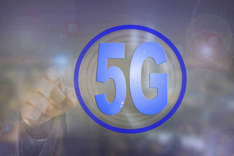 Бизнесмен на запачканной предпосылке используя сеть 5G стоковые фотографии rf