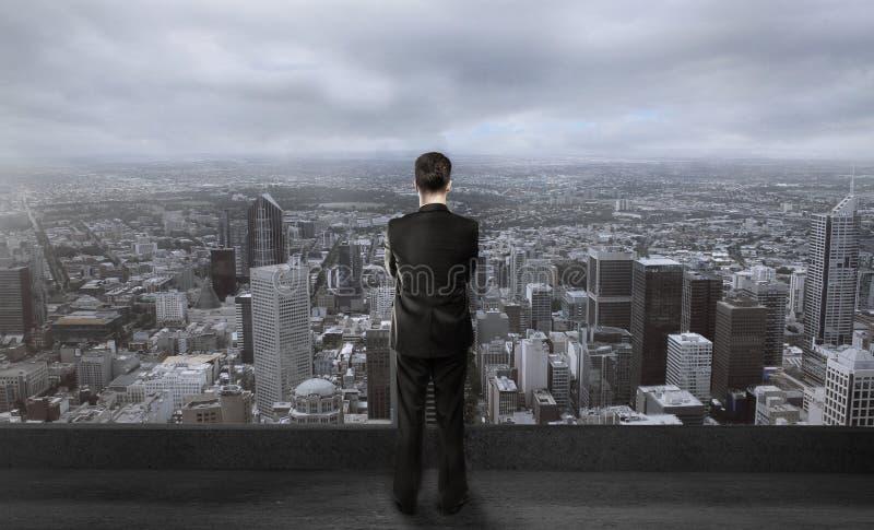 Бизнесмен на крыше стоковое фото rf