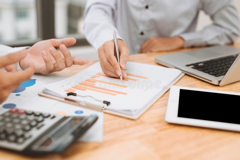 Бизнесмен на онлайн финансовой оценке Работа команды в офисе стоковые фото
