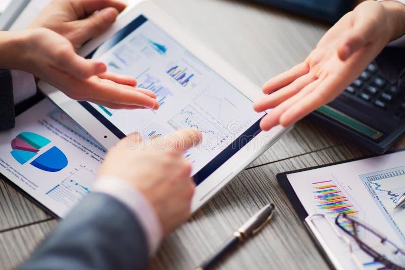 Бизнесмен на онлайн финансовой оценке на таблетке стоковые изображения rf