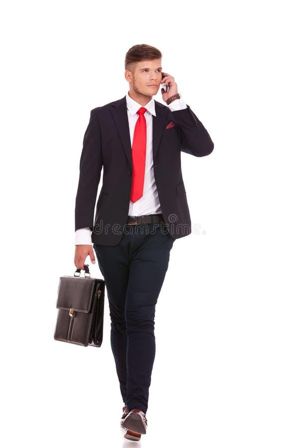 Бизнесмен на прогулках телефона стоковое фото