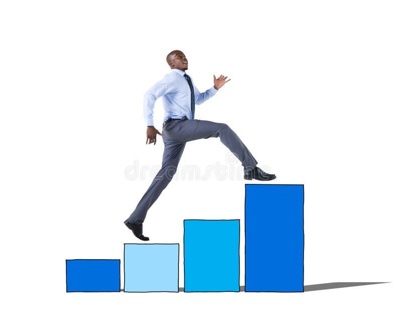 Бизнесмен на столбчатой диаграмме двигая вверх стоковое изображение