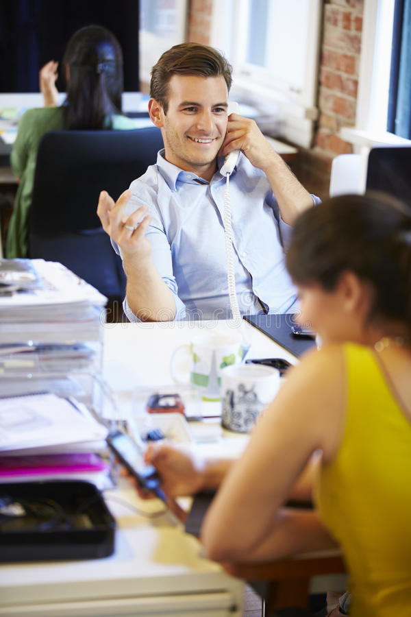 Бизнесмен на телефоне в современном творческом офисе стоковая фотография
