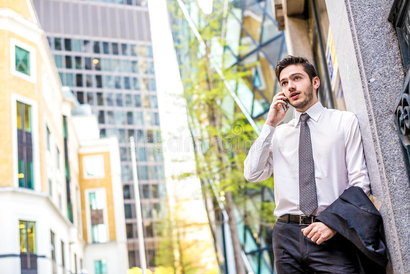 Бизнесмен на телефоне стоковые фотографии rf