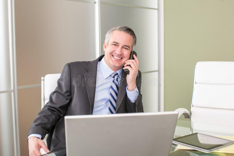 Бизнесмен на телефоне стоковая фотография rf