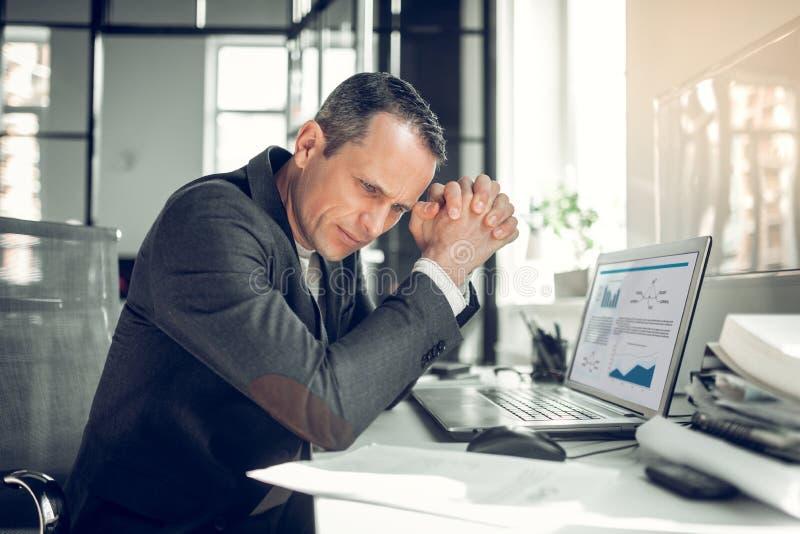 Бизнесмен нося стильную деятельность куртки на финансовом отчете стоковое изображение rf