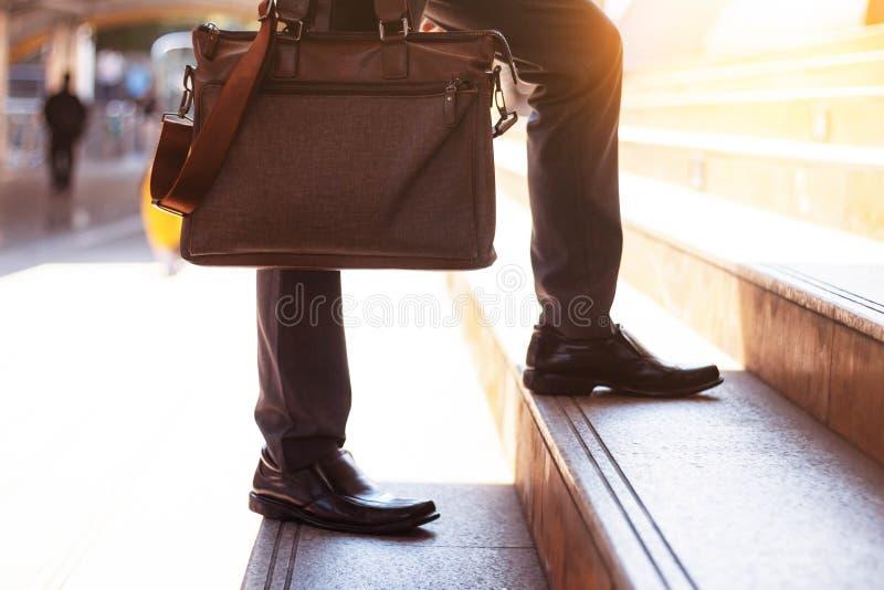 Бизнесмен нося сумку стоковая фотография rf