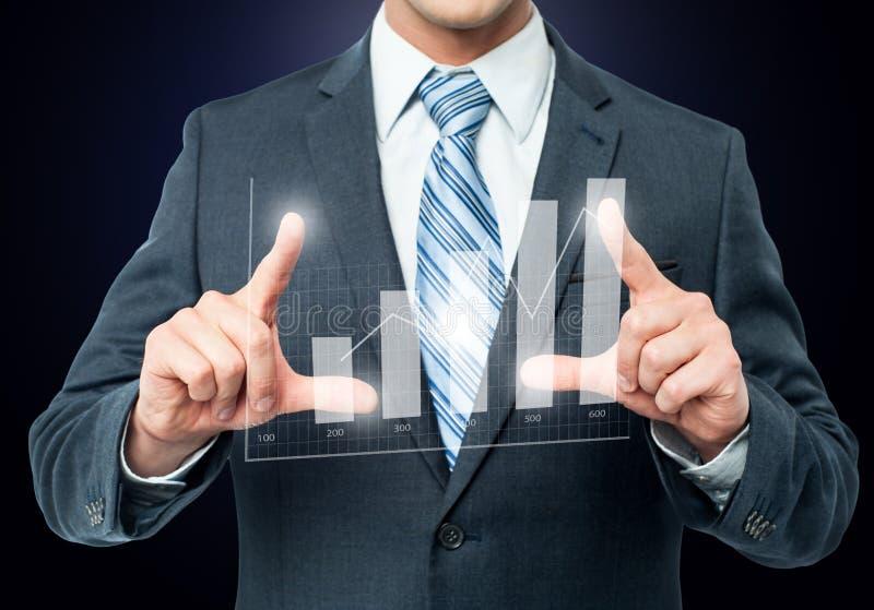 Бизнесмен обрамляя цифровую диаграмму стоковое изображение