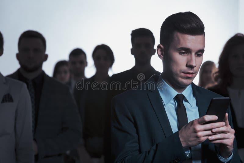 Бизнесмен окруженный толпой стоковые изображения rf