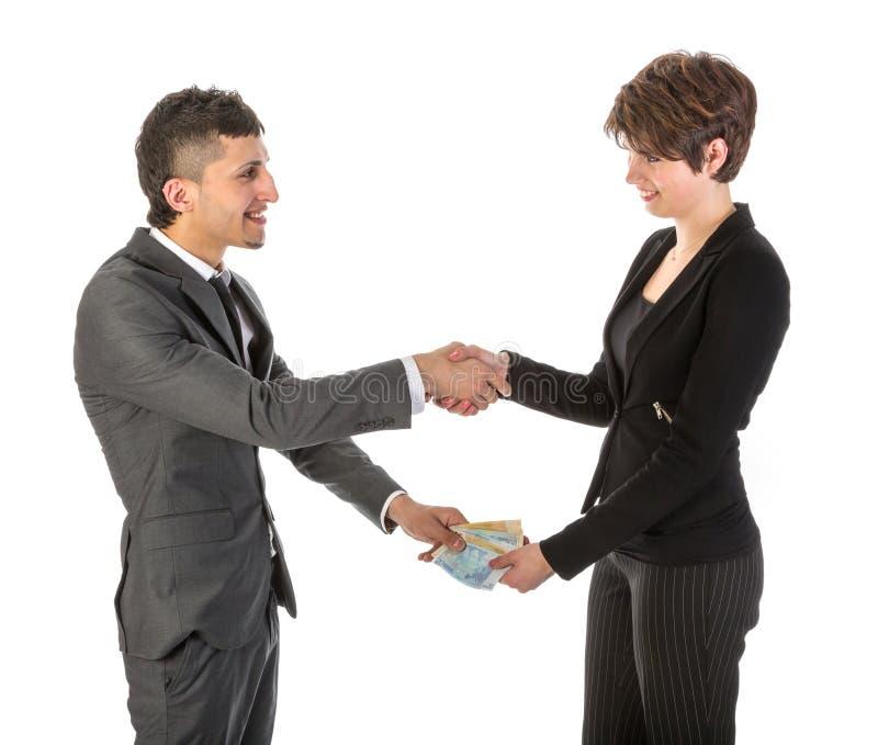 Бизнесмен оплачивает коммерсантку стоковые фото