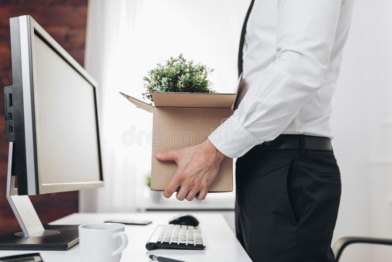 Бизнесмен освобождая его стол после быть сделанным резервный стоковые изображения rf
