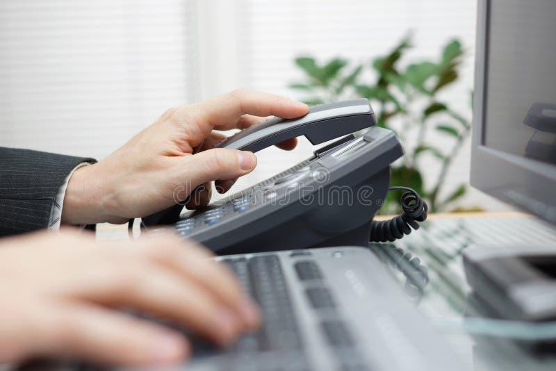 Бизнесмен отвечает телефону стоковое фото