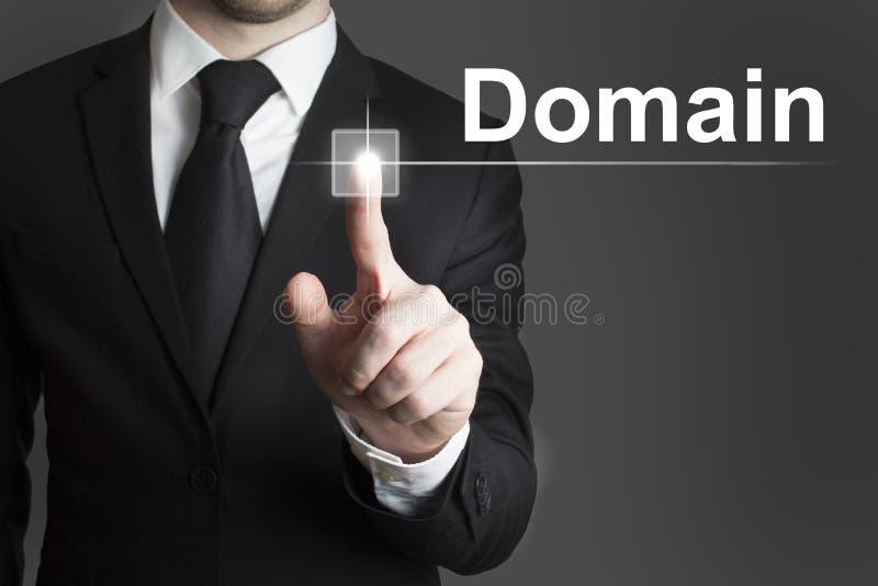 Бизнесмен отжимая виртуальный домен кнопки стоковое фото rf