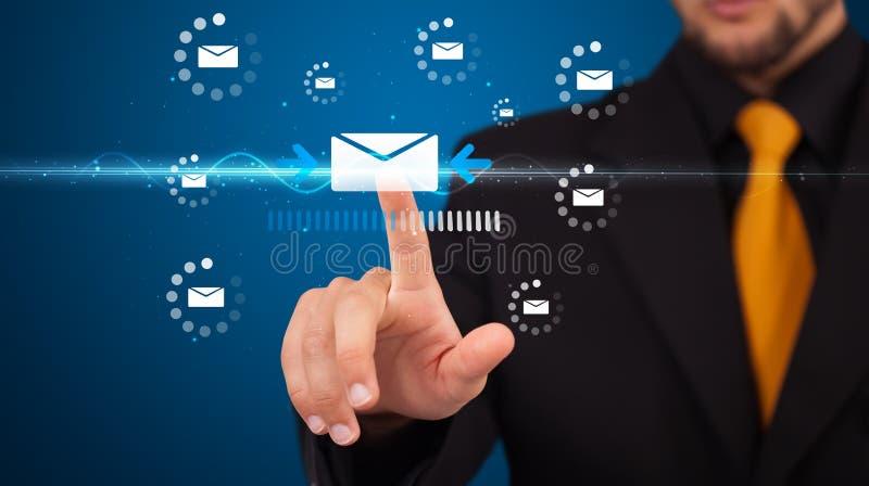 Download Бизнесмен отжимая виртуальный тип послания значков Стоковое Фото - изображение насчитывающей интернет, человек: 40592076