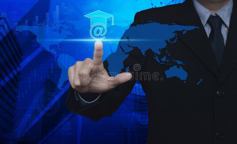 Бизнесмен отжимая значок обучения по Интернетуу над башней карты и города, St стоковая фотография rf
