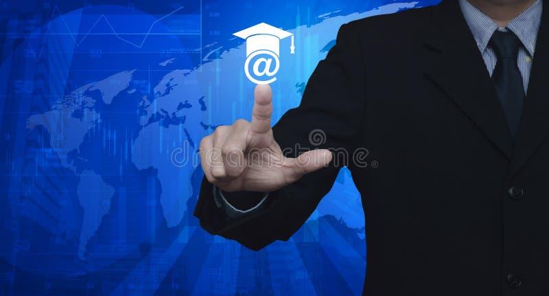 Бизнесмен отжимая значок обучения по Интернетуу над башней карты и города, St стоковое изображение rf