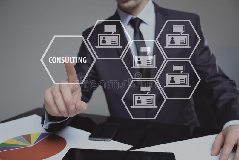 Бизнесмен отжимая кнопку на интерфейсе экрана касания и отборном советовать с Дело, интернет, концепция технологии стоковые фотографии rf