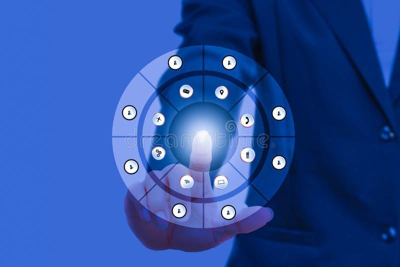 Бизнесмен отжимая современные социальные кнопки на социальном сетевом интерфейсе с рукой пальца касается технологии бесплатная иллюстрация