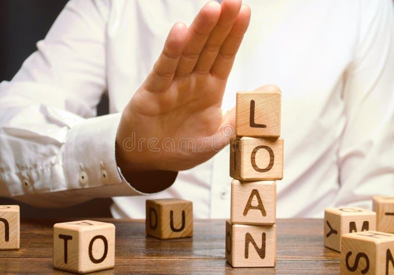Бизнесмен отказывает дорогие и рискованые займы Поиск руководства бизнесом и вклада Банк отказывает выдать заем стоковые фотографии rf