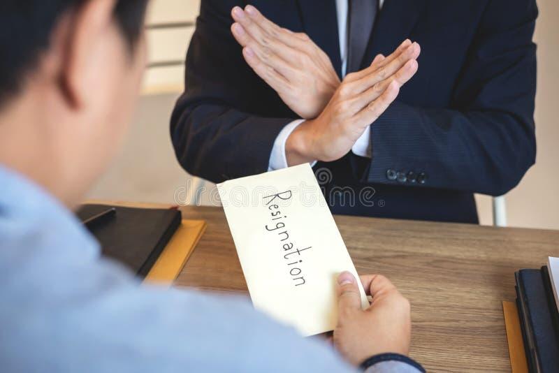 Бизнесмен отправляя уведомление об отставке в босс работодателя для того чтобы уволить контракт, изменяя и отказывая от концепции стоковая фотография