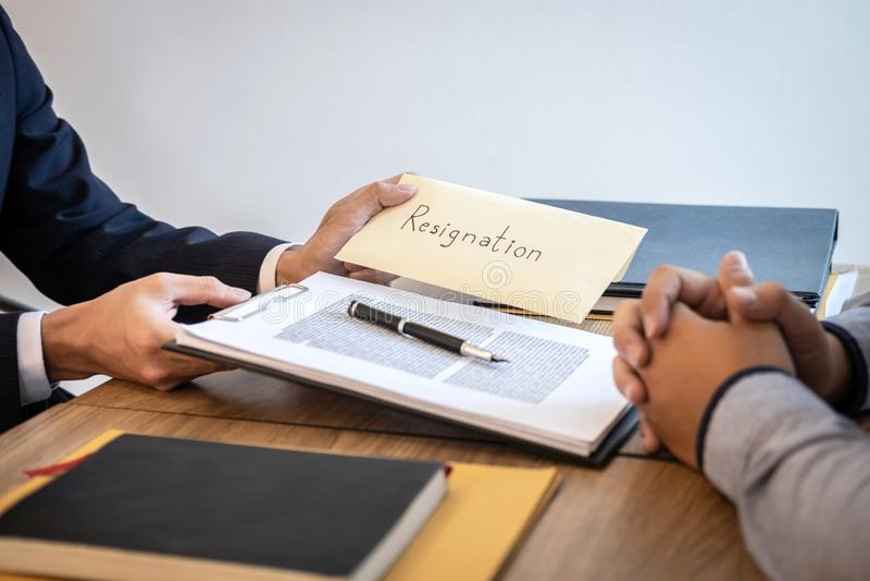 Бизнесмен отправляя уведомление об отставке в босс работодателя для того чтобы уволить контракт, изменяя и отказывая от концепции стоковое изображение rf