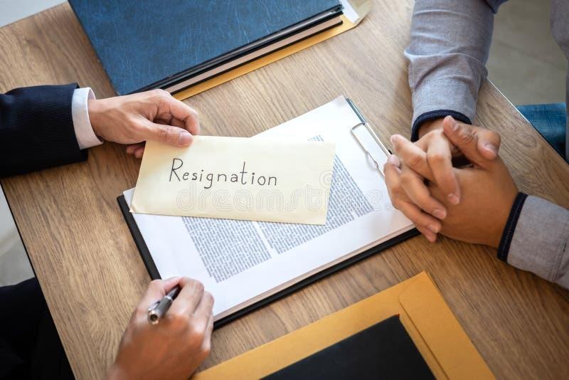 Бизнесмен отправляя уведомление об отставке в босс работодателя для того чтобы уволить контракт, изменяя и отказывая от концепции стоковая фотография rf