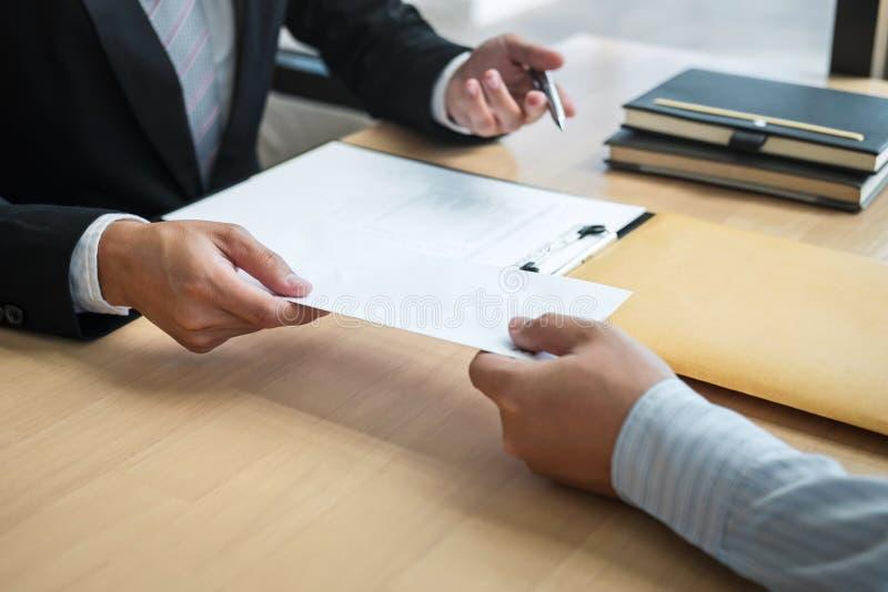 Бизнесмен отправляя уведомление об отставке в босс работодателя для того чтобы отказать увольняет контракт, изменяя и отказывая о стоковое фото rf