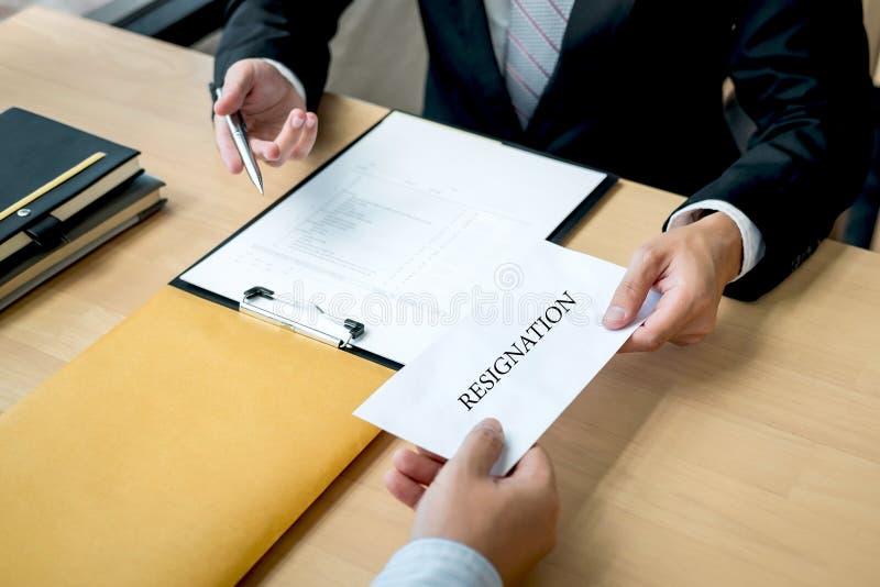 Бизнесмен отправляя уведомление об отставке в босс работодателя для того чтобы отказать увольняет контракт, изменяя и отказывая о стоковое фото