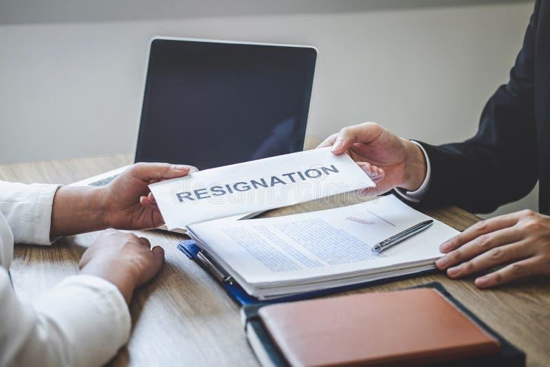 Бизнесмен отправляя уведомление об отставке в босс работодателя для того чтобы уволить трудовой договор, изменяя и отказывая от стоковые фотографии rf