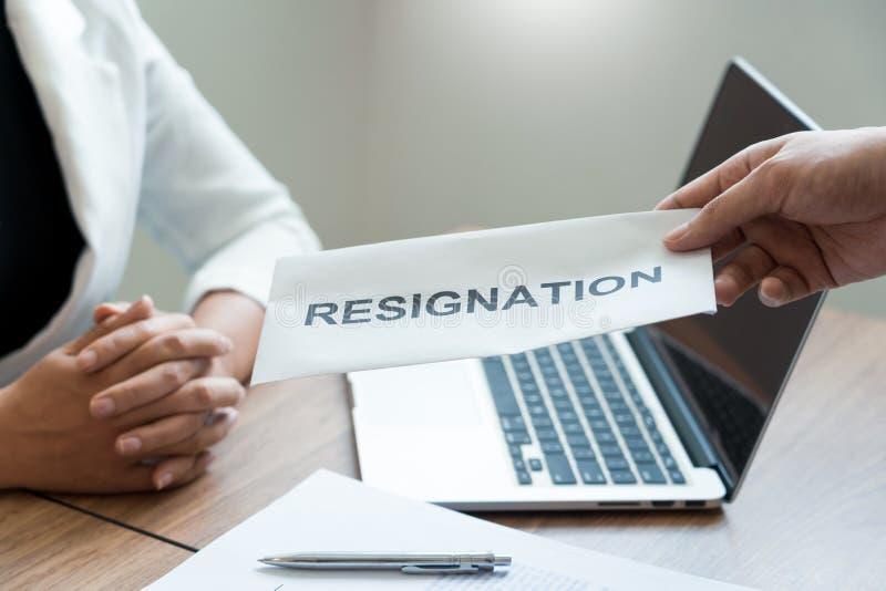 Бизнесмен отправляя уведомление об отставке в босс работодателя включая около безропотность от положений и вакансий, изменяя и стоковая фотография