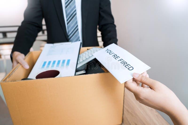 Бизнесмен отправляя уведомление об отставке в босс работодателя включая около безропотность от положений и вакансий, изменяя и стоковые изображения rf