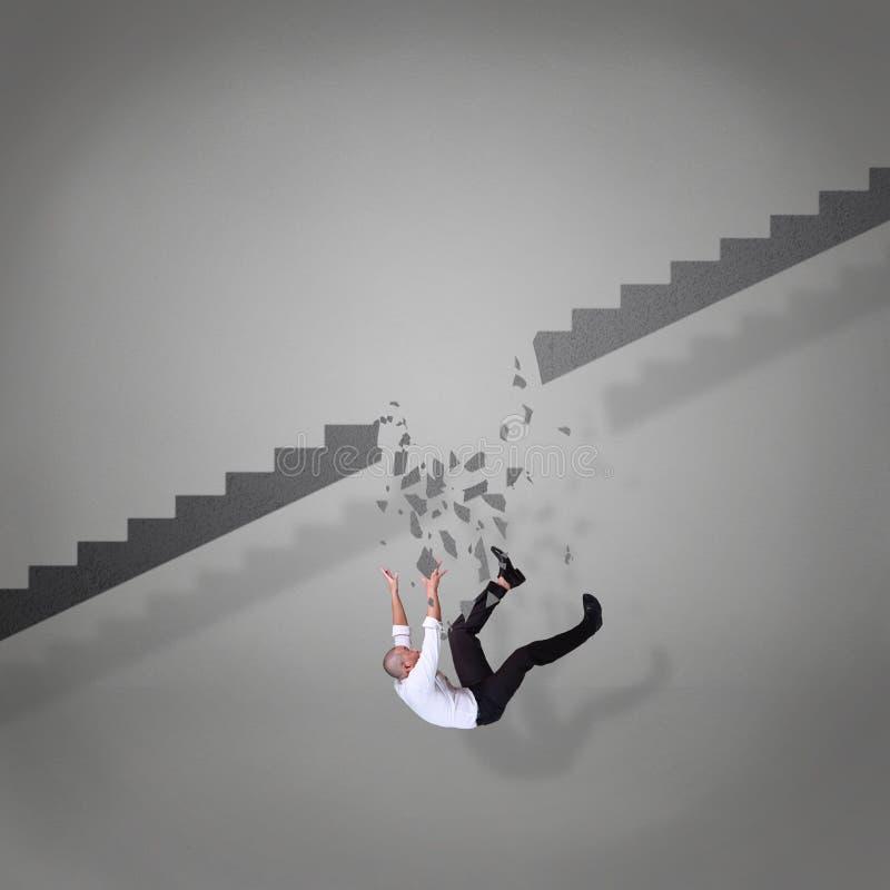 Бизнесмен падая вниз от сломленных лестниц стоковые фото