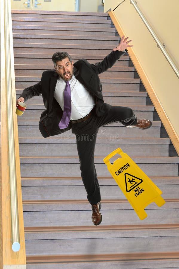 Бизнесмен падая на Stais стоковая фотография