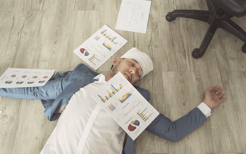 Бизнесмен перегружал его сон в офисе все типы страхсбора принципиальной схемы стоковые фотографии rf