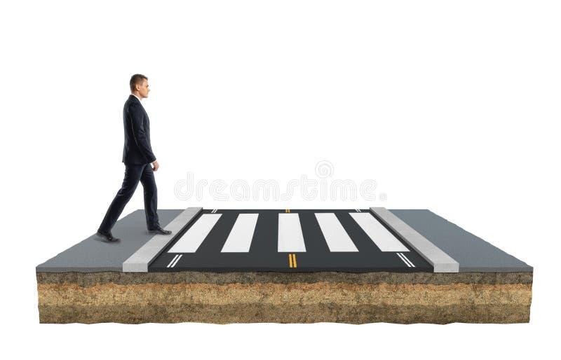 Бизнесмен пересекает дорогу на тропе двигая вперед стоковое изображение rf