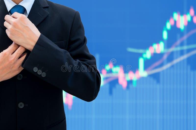 Бизнесмен переставляет его связь шеи стоковые фотографии rf