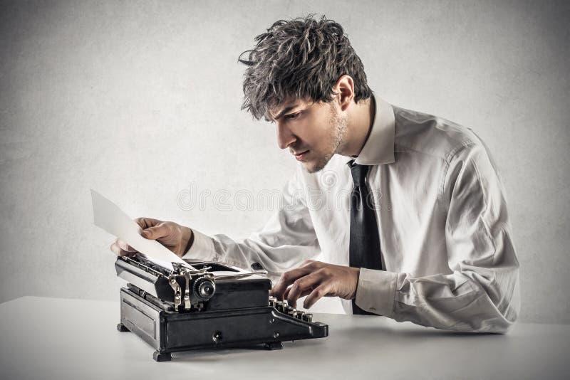 Бизнесмен печатая на машинке стоковое фото