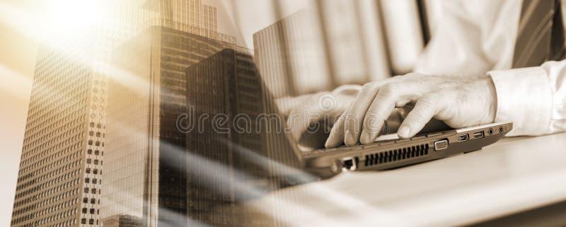 Бизнесмен печатая на ноутбуке; множественная выдержка стоковые фотографии rf