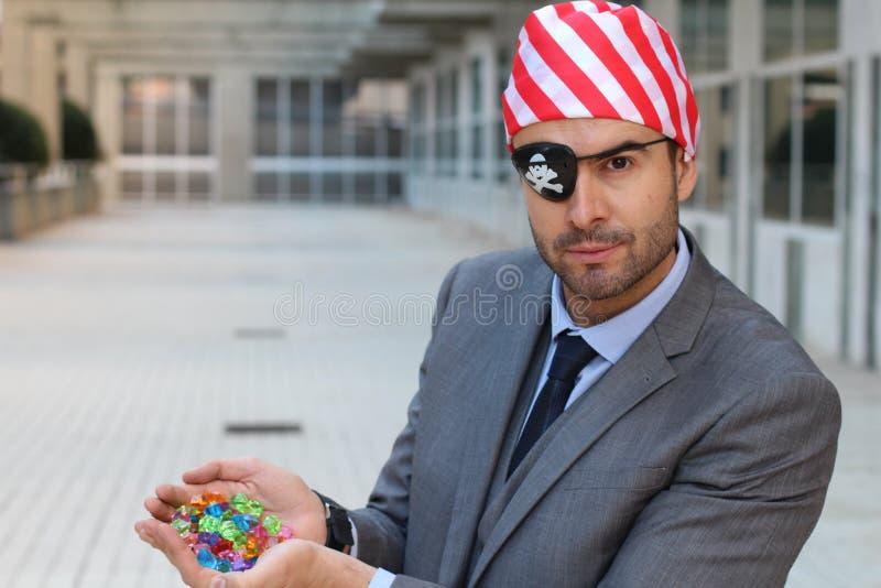 Бизнесмен пирата показывая его сокровище стоковое изображение