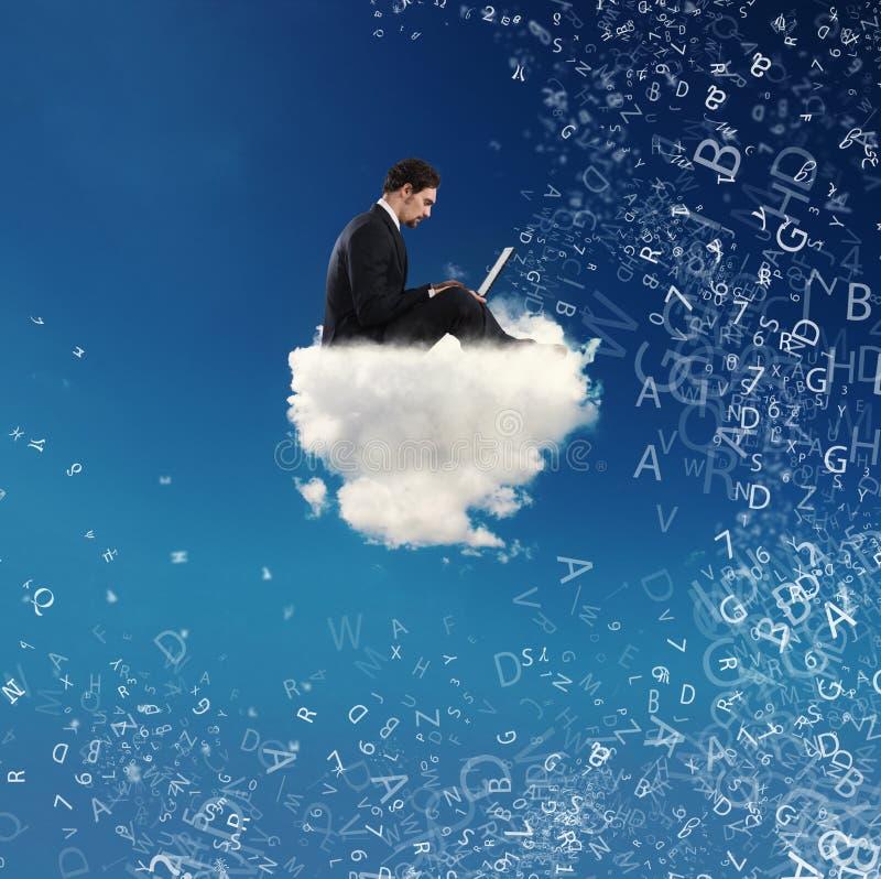 Бизнесмен подключил с его компьтер-книжкой над облаком концепция социальной наркомании сети и интернета стоковое изображение
