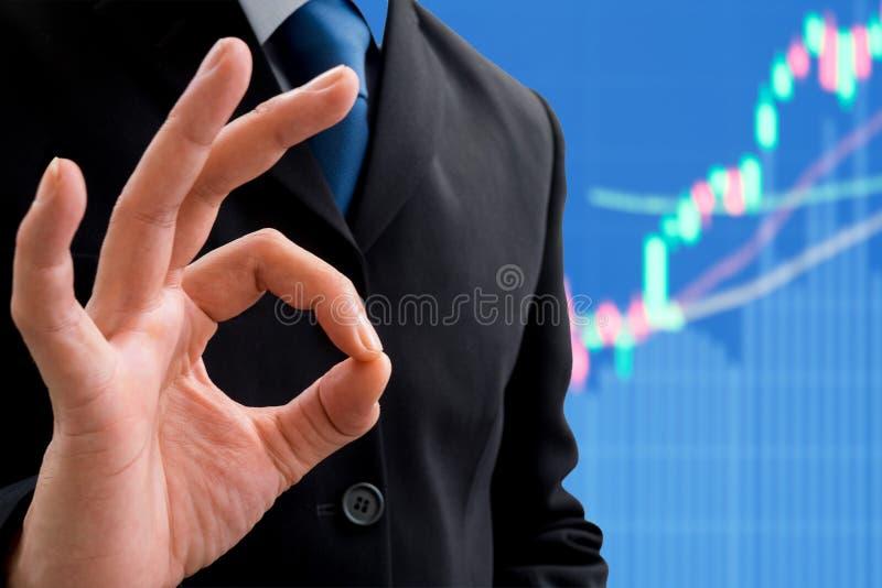 Бизнесмен поднимая его руку О'КЕЙ стоковая фотография rf