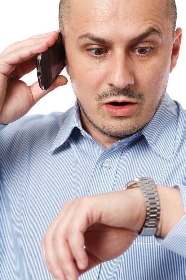 бизнесмен поздно смотря вахту стоковые изображения rf
