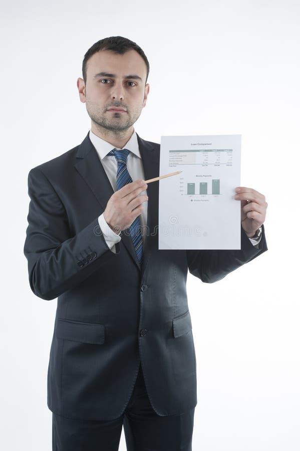 Бизнесмен показывает диаграмму займа в его руке на белой предпосылке стоковая фотография