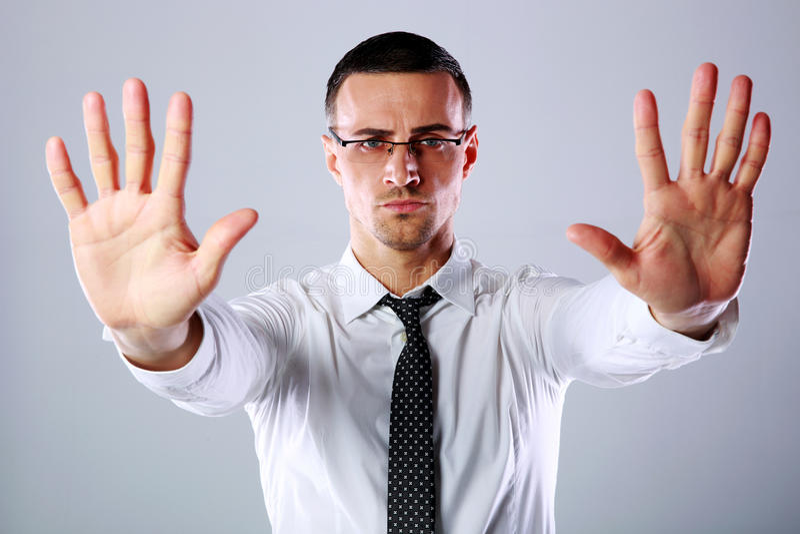 Бизнесмен показывать знак стопа с обеими руками стоковое изображение rf