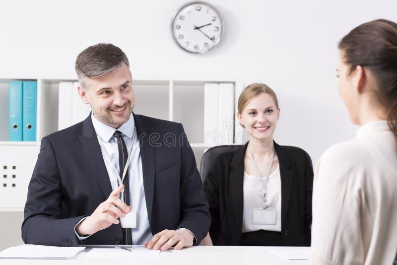 Бизнесмен показывать на женщине стоковое изображение